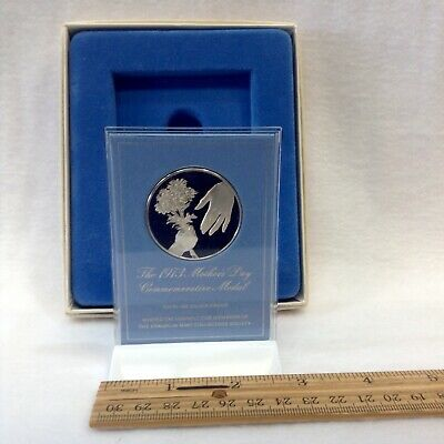 1973 Sterling Silver Franklin Mint Mothers Day Round With Gift Box & Stand
