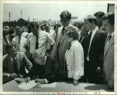 1984 Press Photo Governor Mark White signs bill 111 in Houston beside crowd