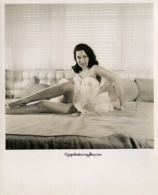 Bunny Yeager Estate 1950s Photograph Pretty Pin-up In Negligee Linda Vargas Sexy