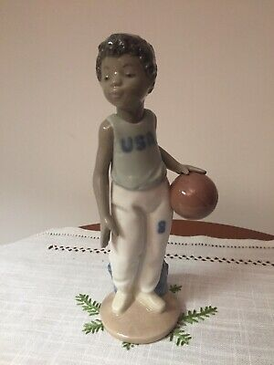 "Nao By Lladro ""Giocatore Di Basket"" - Porcellana Made In Spagna."