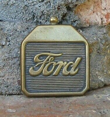 Ford . 1 X Epinglette Emboutie : Forme Radiateur : Ford T . Format : 2,5 X 2 Cm