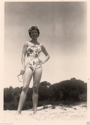 4b558f1280 AK885 Photo anonyme vintage femme woman mode maillot bain sexy plage vers  1950