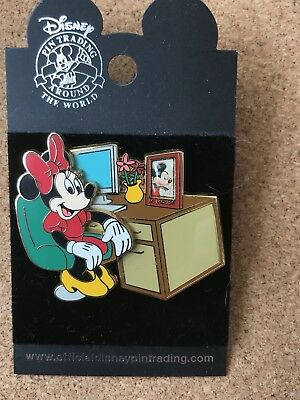 Disney pin ** Minnie Mouse looking at Mickey Mouse Photo
