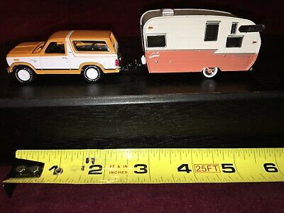SHASTA 15' AIRFLYTE Camper Trailer Purple & White Rare 1/64