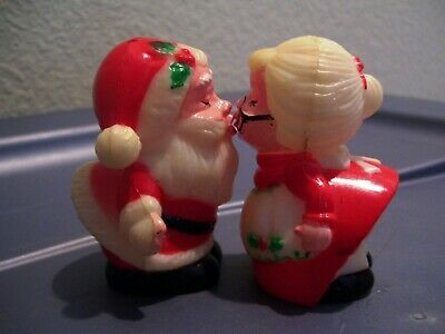 Vintage Santa And Mrs Claus Kissing Plastic Salt And Pepper Shakers