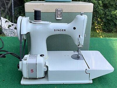 Singer White Featherweight 221K Sewing Machine Fa207101