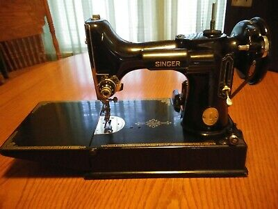 Beautiful Vintage Singer FEATHERWEIGHT Sewing Machine