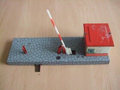 Vintage 1960s Model Railways Tin-plate Level-crossing with Gatehouse by HWN