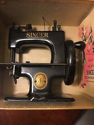 VTG. SINGER No. 20 SEWHANDY TOY CHILD SMALL SEWING MACHINE W/ BOX/MANUAL