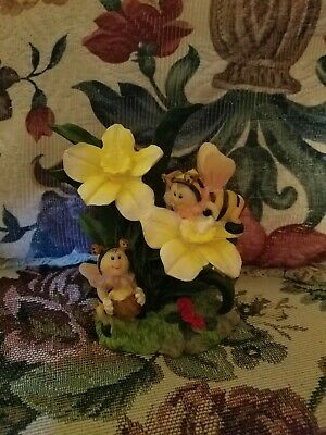 Pair of Bumblebees with flowers spring/summer scene figurines K's Collection