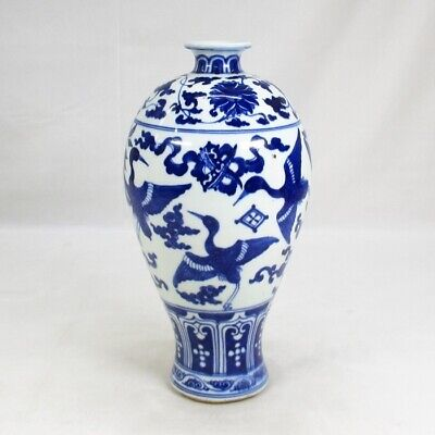 G013: Chinese flower vase of fine blue-and-white porcelain of appropriate work