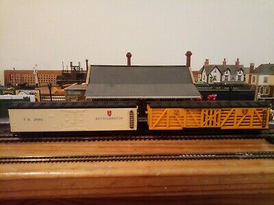 Two Triang Transcontinental wagons - R126 stock car and R129 refrigerator car