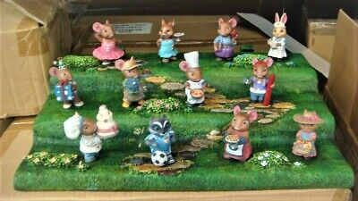 Tailtown Figurine Set With Display New