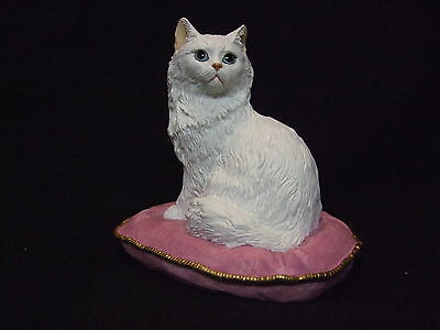 Statue de collection SHERRATT - CHAT PERSAN BLANC SUR SON COUSSIN ROSE