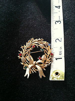 Christmas/holiday pin gold tone wreath with bow 2 inch diameter