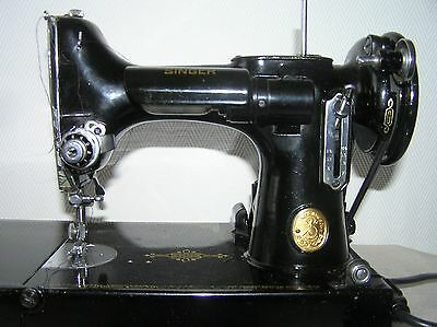 SINGER FEATHERWEIGHT SEWING MACHINE W/ CASE AND ACCESSORIES.