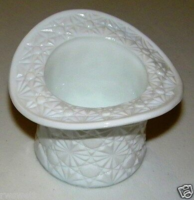 VINTAGE MILK GLASS - LARGE TOP HAT VASE - FENTON - DAISY AND BUTTON