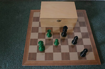 David Westenedge - High Gloss Green & Black Chess Pieces - In Wooden Box UK ONLY