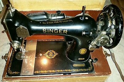 Singer 128j vintage sewing machine with carrying case. In good working condition