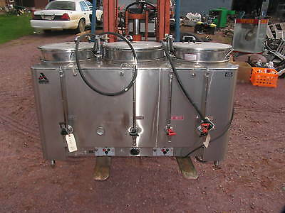 COMMERCIAL COFFEE BREWER MAKER -3 URN- AMERICAN METAL  Restaurant 83010E