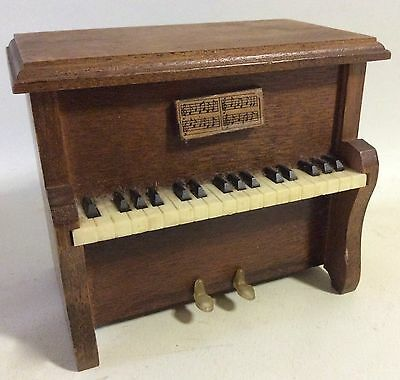Vintage Coasters in Piano Case Stand