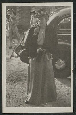 k1637)    VINTAGE REAL PHOTO POSTCARD WELL DRESSED AUSTRALIAN LADY FROM 1947