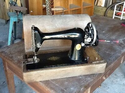 Singer vintage sewing machine Complete In wooden Box 1900's