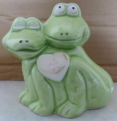 Ceramic Frogs That Are Hugging And Holding A Heart  (F4) (146)