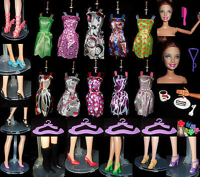 36 accesorios barbie:10vestidos+10pair shoes+4perchas+6pinzas+6 acc. y merienda