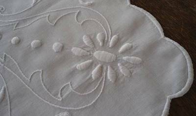 """Vintage White Linen Tablecloth Art Deco Padded Embroidery Topper 33"""""""