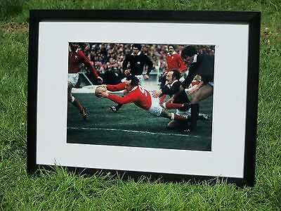 Rugby - Framed/mounted photo - Gareth Edwards scoring his last try for Wales '78