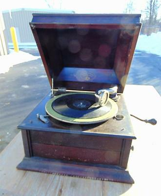 Table top Columbia Grafonola Victrola, in working condition. Lot 164