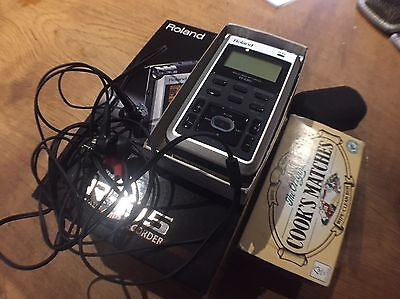 Roland R-05 Wave/MP3 Recorder With CS-10 EM Binaural Microphones
