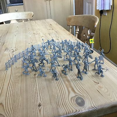 34 grey plastic knight figures in battle pose + fence panels and flag