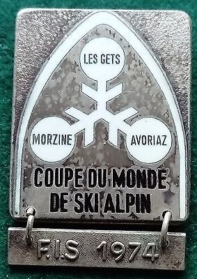FIS 1974 Les Gets Morzine Avoriaz Coupe du Monde de Ski Alpin badge with bar FIS