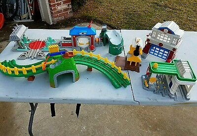 Fisher Price Lot Of Geo Trax Buildings Tunnel Cars Mountain Pass Geotrax Station