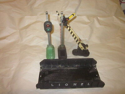 4 Lionel accessories # 214 Bridge  #151 semiphore  # 252 crossing gate & signal