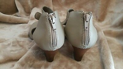 womens sandals us 8 with small heel