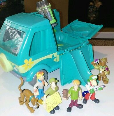 Scooby doo mystery machine and 6 mini figures
