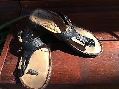 Ladies Black Leather Thongs By Colorado Size 7