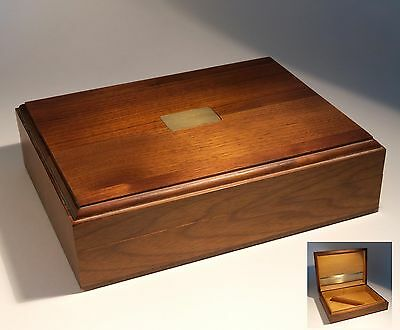 VINTAGE CIRCA 1950s WOOD CIGAR BOX OF QUALITY WITH BRASS INSET DECORATION IN VGC