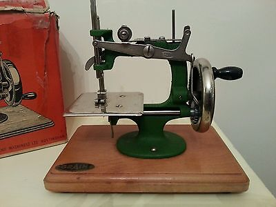 Rare VINTAGE GRAIN GREEN HAND CRANK SEWING MACHINE - BOXED
