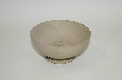 Rare Tang - Five dynasty celadon yue ware carved lotus bowl