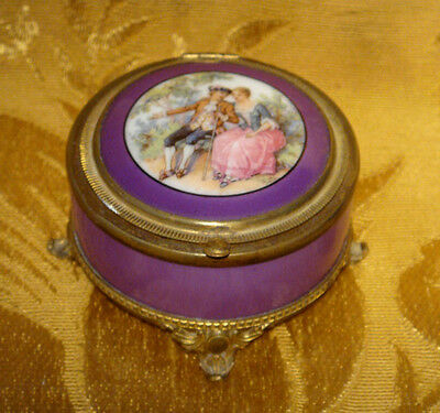 Vintage Footed Victorian Courting Couple Powder Compact