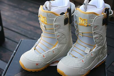 new $220 Women's DC GRAPHIX Snowboard Boots, White. 8, 8.5, or 9.   WHY RENT?