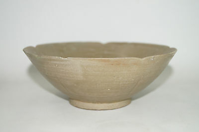 Rare Tang - Five dynasty Yue celadon large bowl with flower shape rim