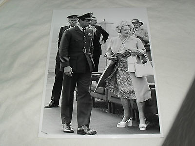 8.5 x 6 ROYALTY PRESS PHOTO - QUEEN MOTHER at RAF BRAMPTON 1974 - RAF STAMP