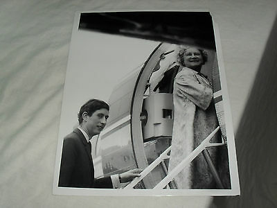 8.5 x 6.5 ROYALTY PRESS PHOTO - QUEEN MOTHER & PRINCE CHARLES BOARDING PLANE
