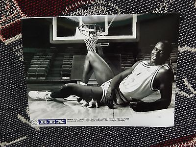 """8"""" x 6"""" PRESS AGENCY PHOTO - SHAQUILLE O'NEAL WITH KITTEN - BATON ROUGE 1991"""