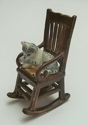 chat sur un rocking chair ,miniature de collection en porcelaine, cat,poes *S2-4